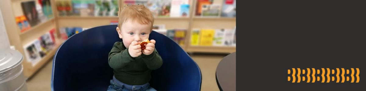 Lille barn på biblioteket